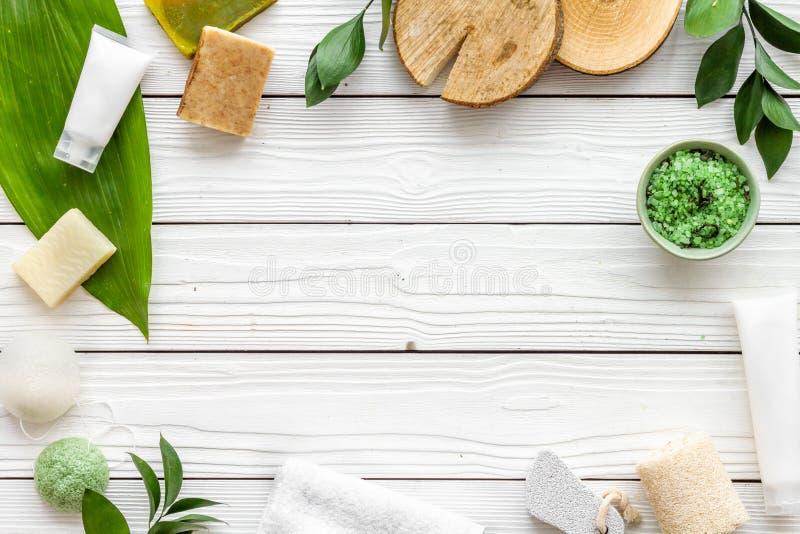 Sistema cosmético orgánico herbario para el balneario hecho en casa en maqueta flatlay del fondo de madera blanco fotografía de archivo