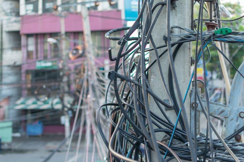 Sistema da eletricidade com cabo tangled do fio bonde imagem de stock royalty free
