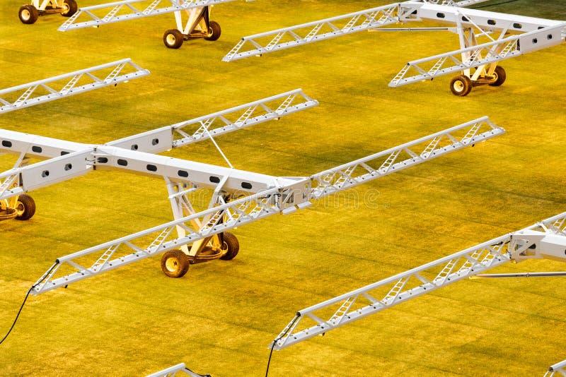Sistema da luz artificial para gramados crescentes em estádios de futebol imagens de stock royalty free