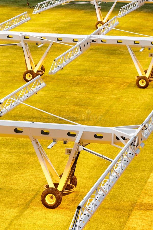 Sistema da luz artificial para gramados crescentes em estádios de futebol imagem de stock