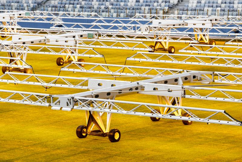 Sistema da luz artificial para gramados crescentes em estádios de futebol fotos de stock royalty free