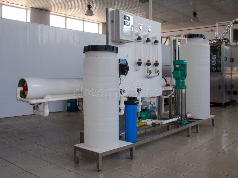 Sistema da osmose reversa - a instalação do colaborador industrial da membrana imagem de stock royalty free