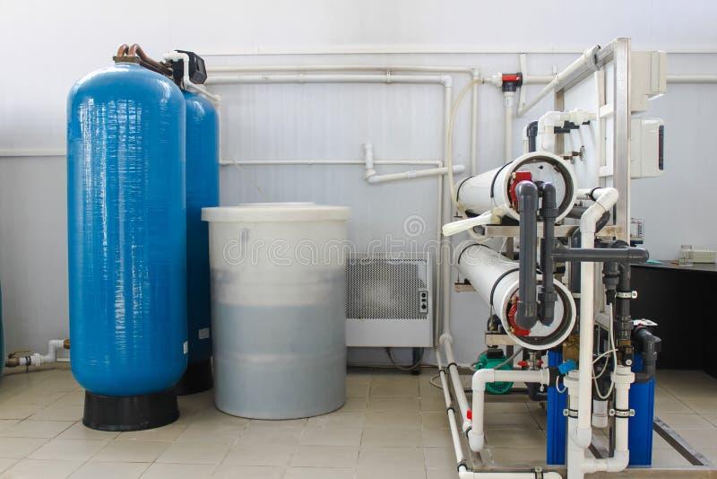 Sistema da osmose reversa - a instalação do colaborador industrial da membrana imagem de stock