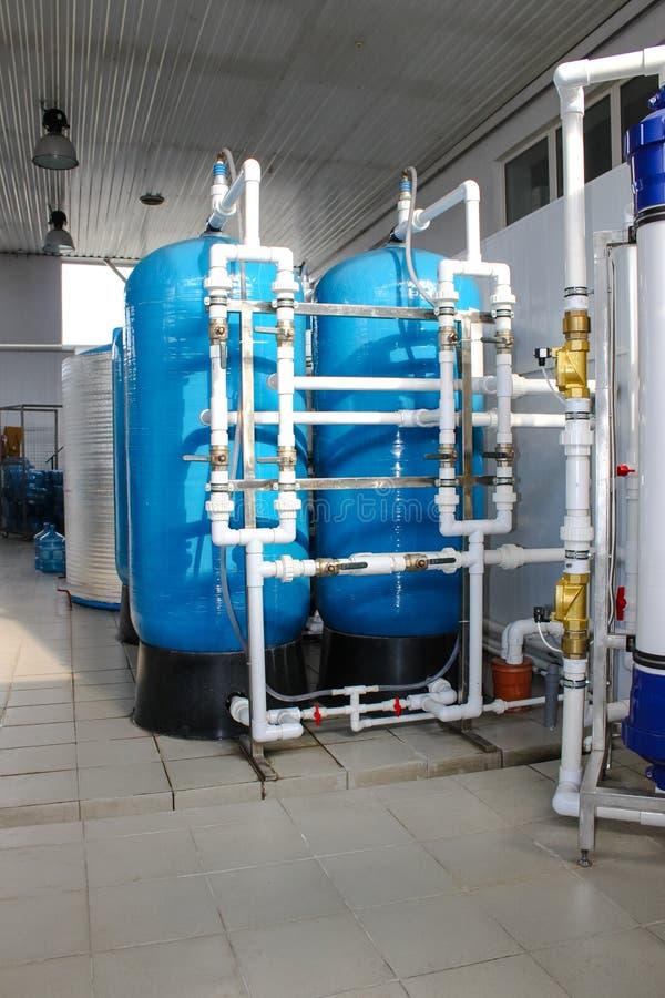 Sistema da osmose reversa - a instalação do colaborador industrial da membrana fotografia de stock