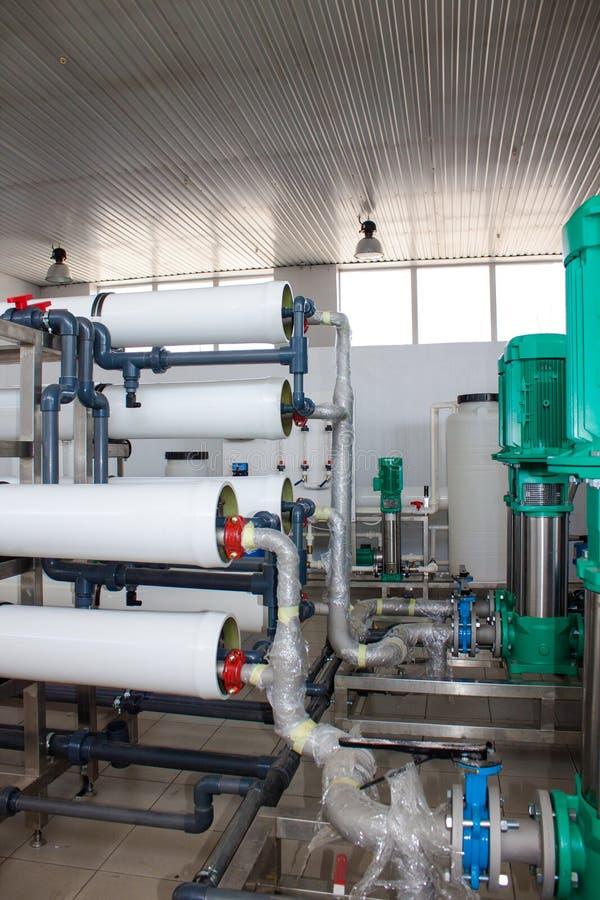 Sistema da osmose reversa - a instalação do colaborador industrial da membrana fotos de stock