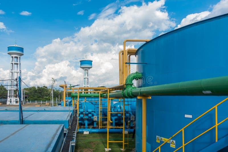 Sistema da purificação de água na planta de tratamento de esgotos industrial imagens de stock