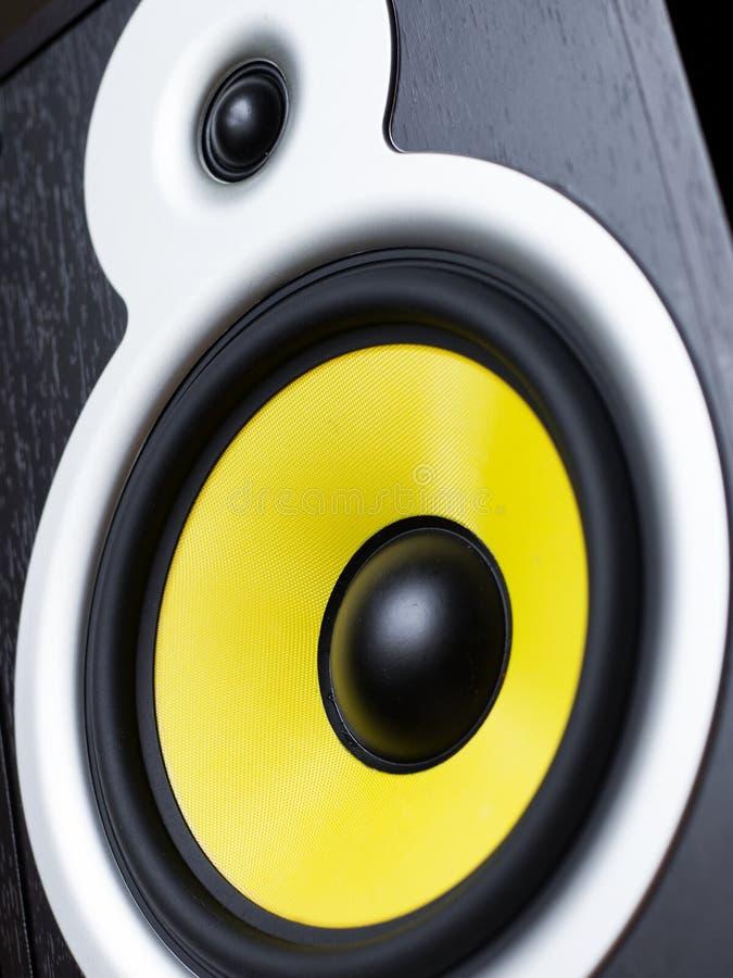 Sistema de áudio que joga através dos oradores amarelos móveis, grandes conectados ao telefone fotografia de stock