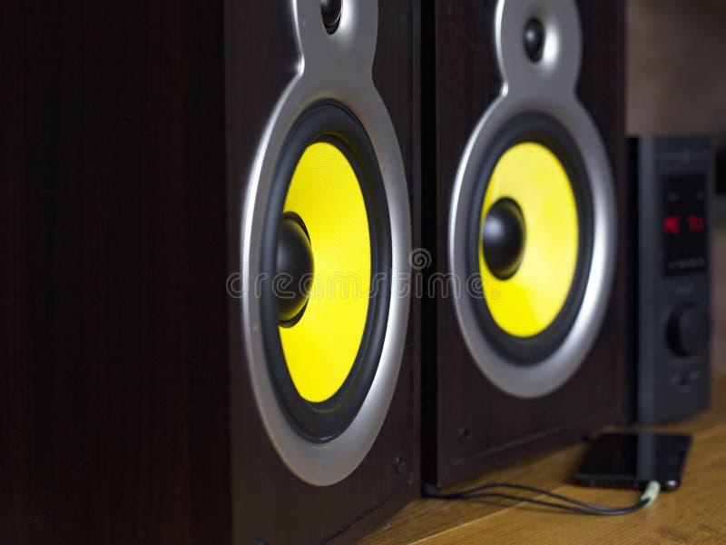 Sistema de áudio que joga através dos oradores amarelos móveis, grandes conectados ao telefone fotos de stock