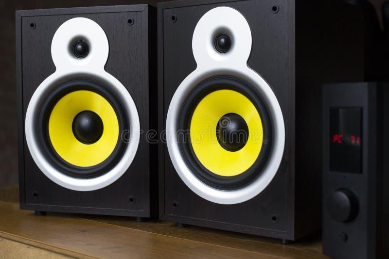 Sistema de áudio que joga através dos oradores amarelos móveis, grandes conectados ao telefone foto de stock royalty free