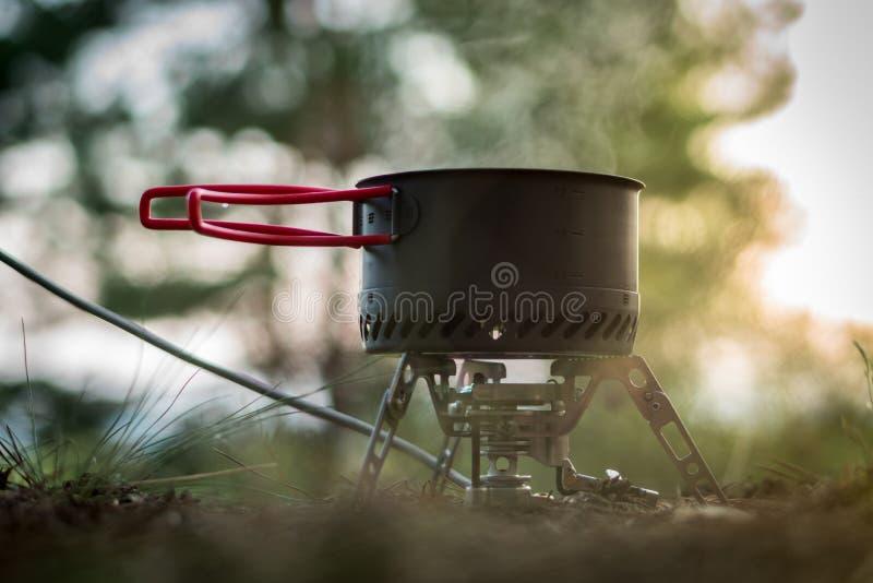 Sistema de acampamento dobrável do fogo de gás com um potenciômetro com o radiador para o aquecimento rápido fotos de stock royalty free