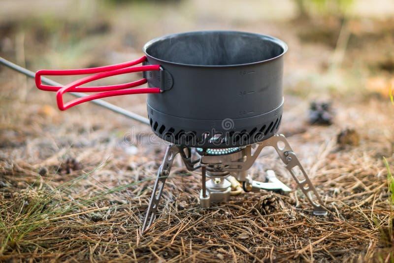 Sistema de acampamento dobrável do fogo de gás com um potenciômetro com o radiador para o aquecimento rápido foto de stock royalty free
