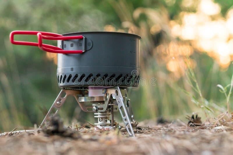 Sistema de acampamento dobrável do fogo de gás com um potenciômetro com o radiador para o aquecimento rápido imagem de stock