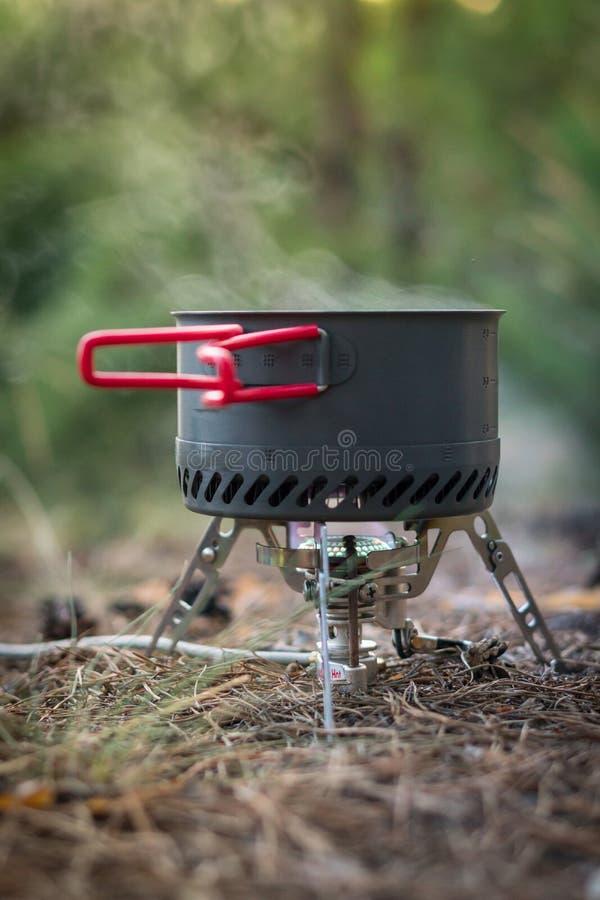 Sistema de acampamento dobrável do fogo de gás com um potenciômetro com o radiador para o aquecimento rápido imagens de stock