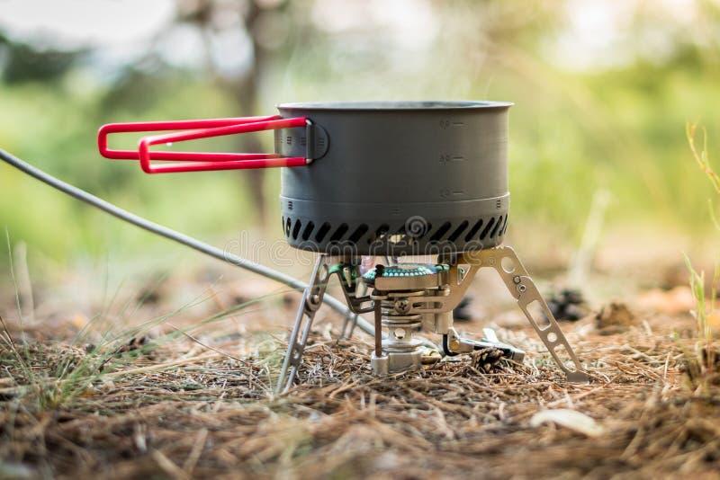 Sistema de acampamento dobrável do fogo de gás com um potenciômetro com o radiador para o aquecimento rápido fotografia de stock royalty free