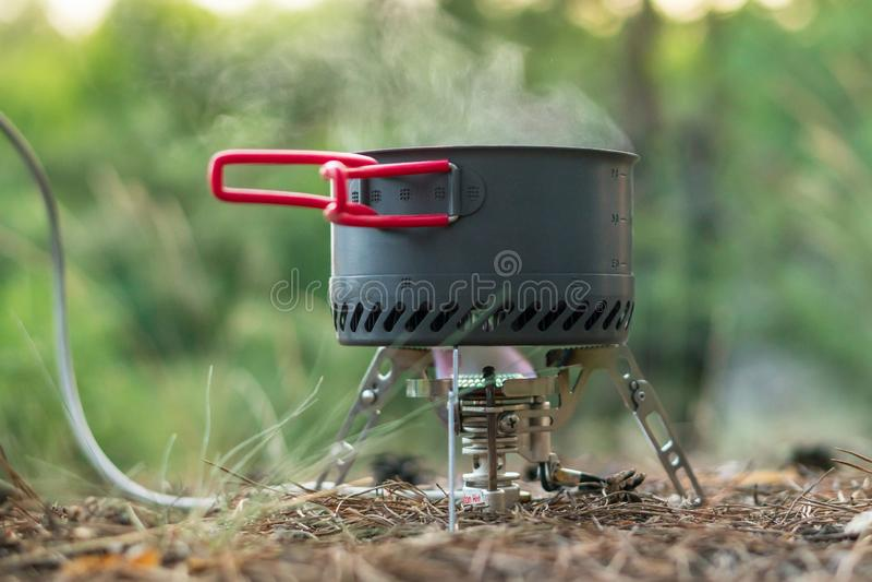 Sistema de acampamento dobrável do fogo de gás com um potenciômetro com o radiador para o aquecimento rápido imagem de stock royalty free