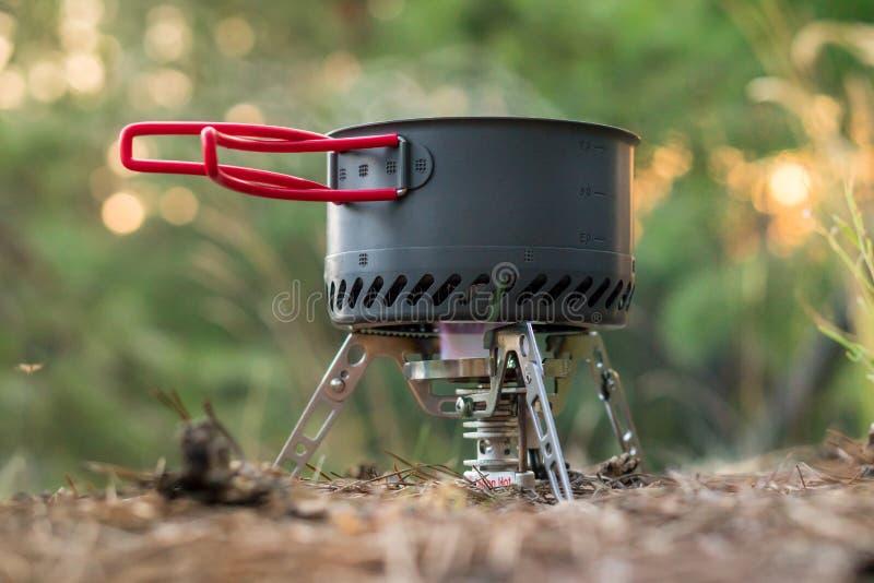 Sistema de acampamento dobrável do fogo de gás com um potenciômetro com o radiador para o aquecimento rápido fotos de stock