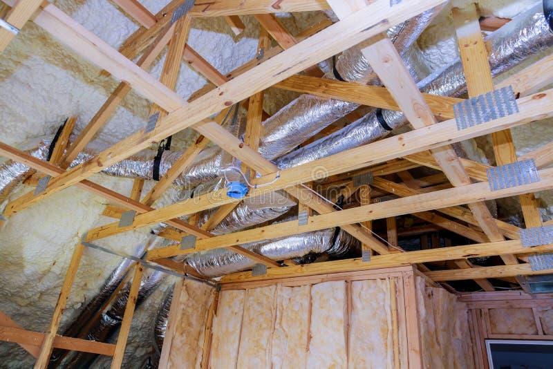 Sistema de aire acondicionado conectado al techo del ático, plástico de espuma Aislamiento de una nueva casa fotos de archivo libres de regalías