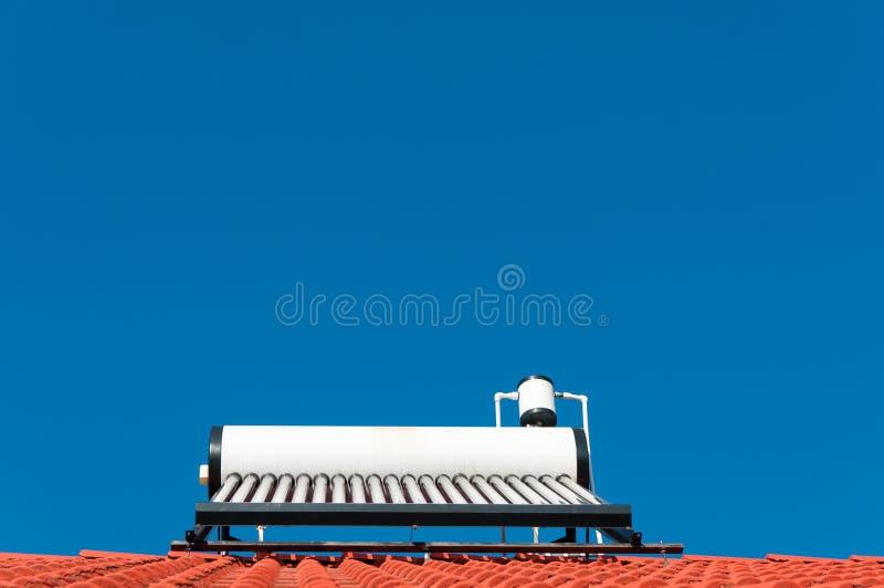 Sistema de aquecimento solar no telhado fotos de stock royalty free