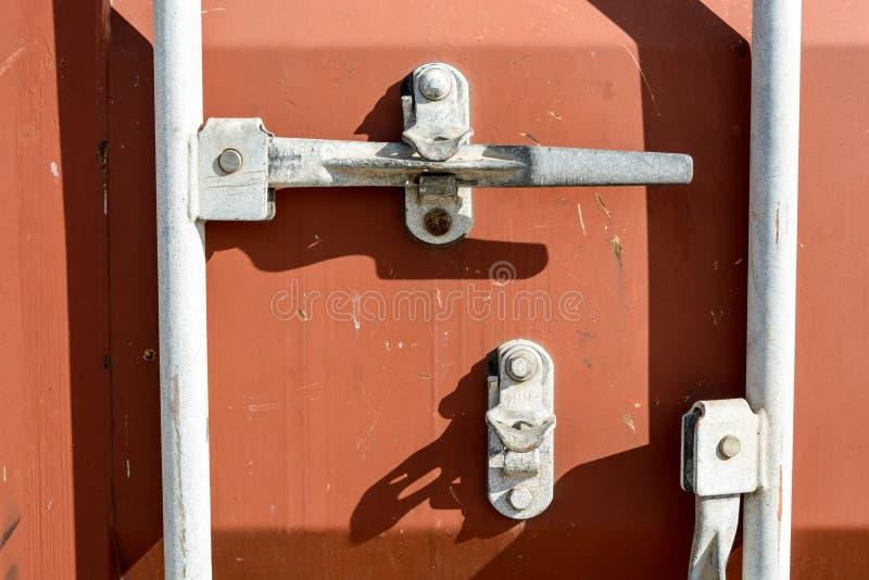 Sistema de bloqueo de puertas de contenedores intermodales desgastado foto de archivo libre de regalías
