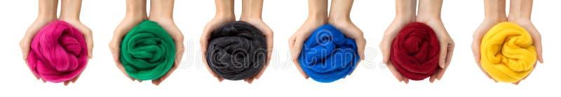 Sistema de bolas coloridas de la lana merina en manos, collage imagen de archivo libre de regalías