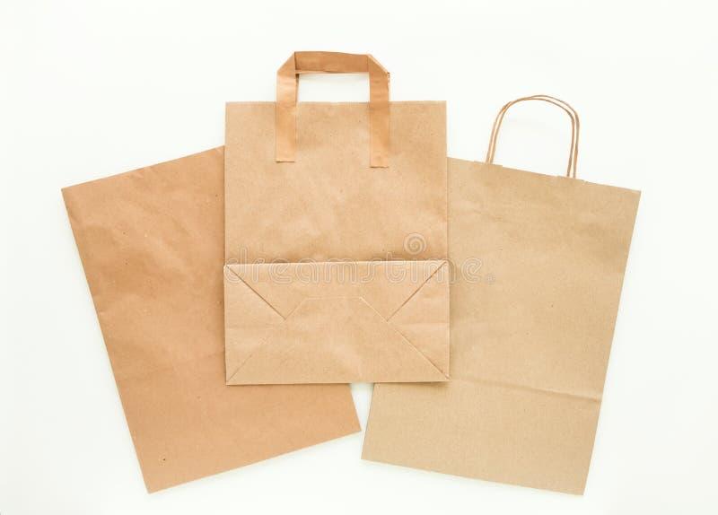 Sistema de bolsas de papel marrones del eco, preparado para reciclar Reduzca, reutilice y recicle el concepto Endecha plana imagen de archivo libre de regalías