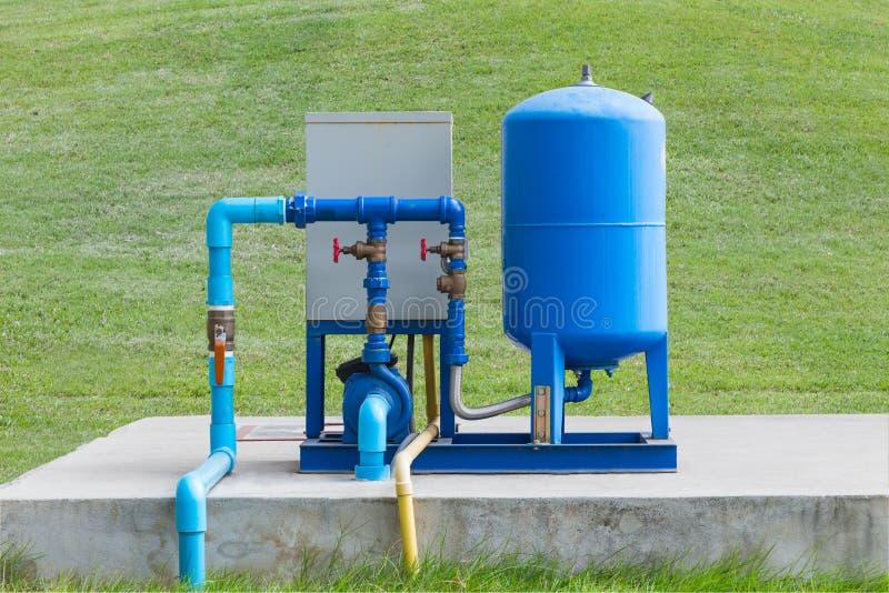 Sistema de bomba da água no assoalho concreto foto de stock royalty free