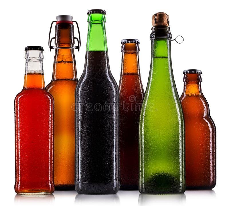 Sistema de botellas de cerveza aisladas imágenes de archivo libres de regalías