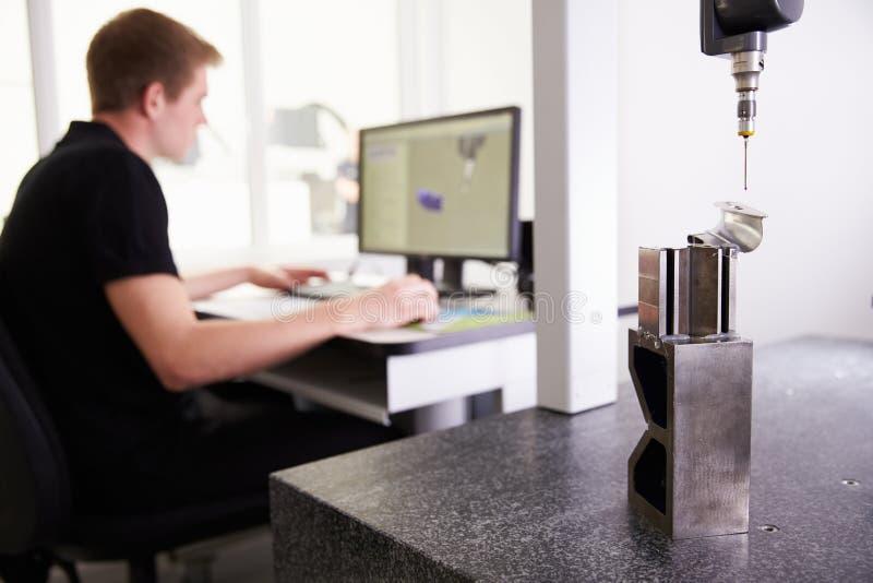 Sistema de cad masculino de Using del ingeniero a trabajar en componente fotografía de archivo libre de regalías