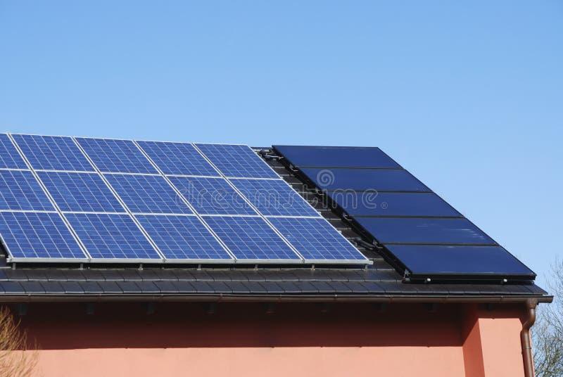 Sistema de calefacción fotovoltaica y solar foto de archivo libre de regalías