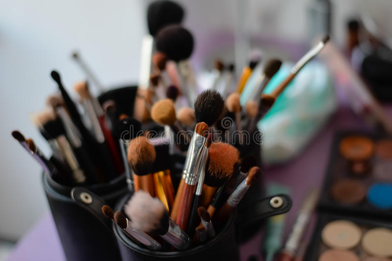 Sistema de cepillos del maquillaje en ayuda fotos de archivo libres de regalías