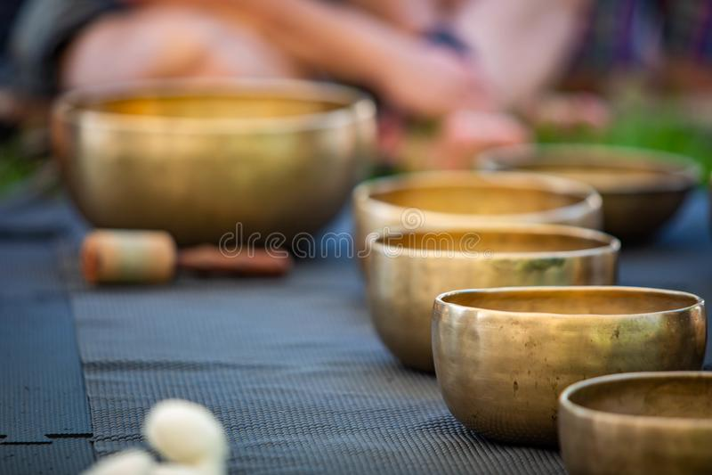 Sistema de cobre amarillo de los cuencos del canto para la yoga y la meditación fotografía de archivo