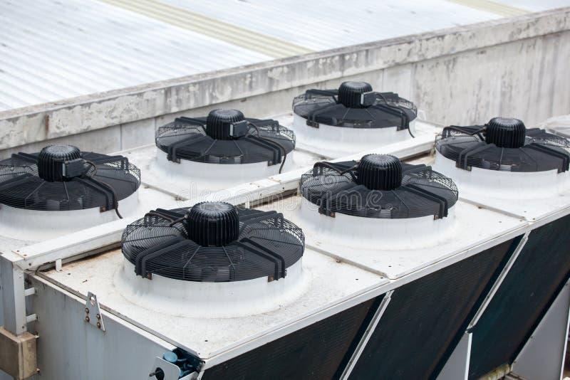 Sistema de sistema de condicionamiento central en el tejado del edificio fotos de archivo libres de regalías