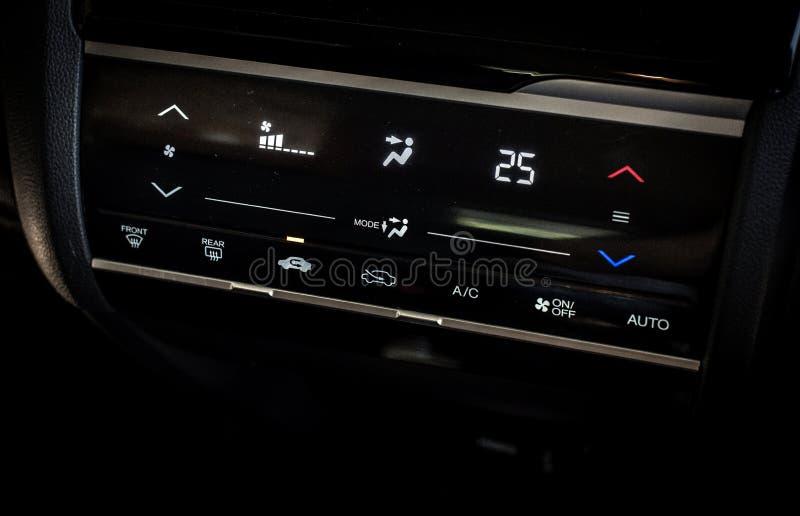 Sistema de condicionamiento digital automático del aire del coche fotografía de archivo libre de regalías