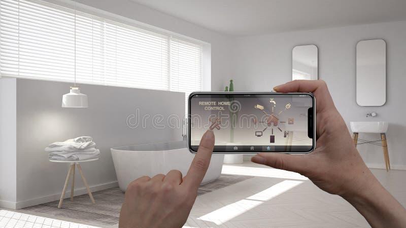 Sistema de control casero remoto en una tableta elegante digital del teléfono Dispositivo con los iconos del app Interior del cua imágenes de archivo libres de regalías
