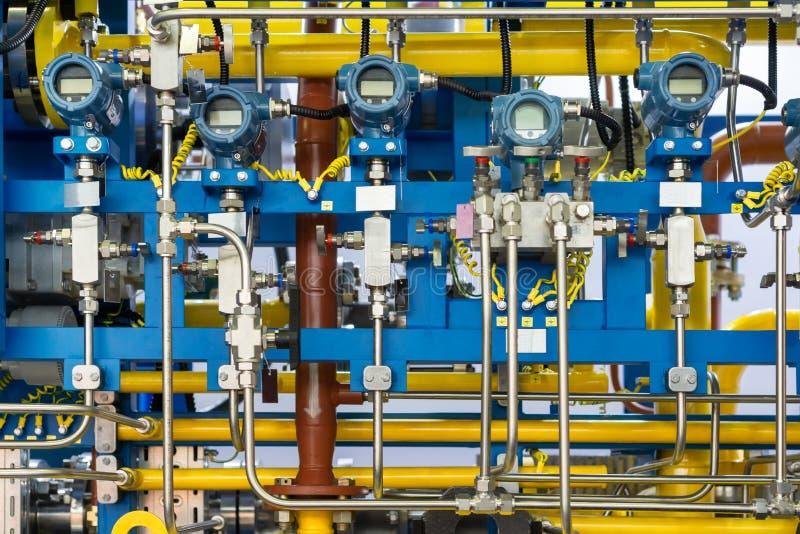 Sistema de control complejo de equipo del gas Muchas tuberías, sensores e indicadores de presión digitales fotografía de archivo
