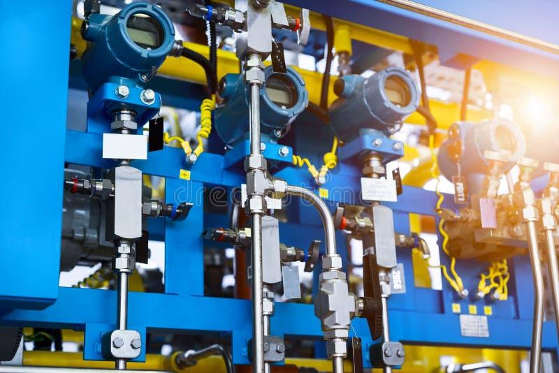 Sistema de control complejo de equipo del gas Muchas tuber?as, sensores e indicadores de presi?n digitales foto de archivo libre de regalías