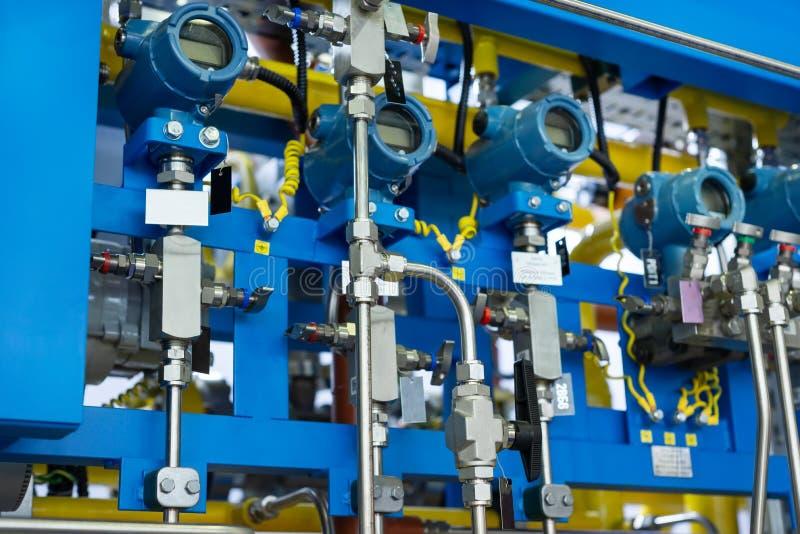 Sistema de control complejo de equipo del gas Muchas tuber?as, sensores e indicadores de presi?n digitales fotos de archivo