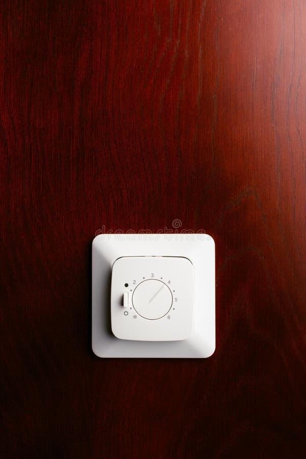 Sistema de control termostático del clima, fondo de madera rojo imágenes de archivo libres de regalías
