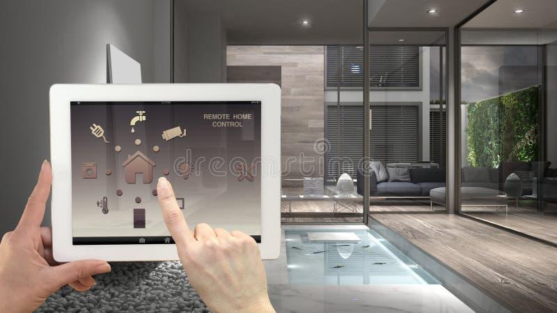Sistema de controlo home remoto esperto em uma tabuleta digital Dispositivo com ícones do app Interior da casa minimalista no fun imagens de stock