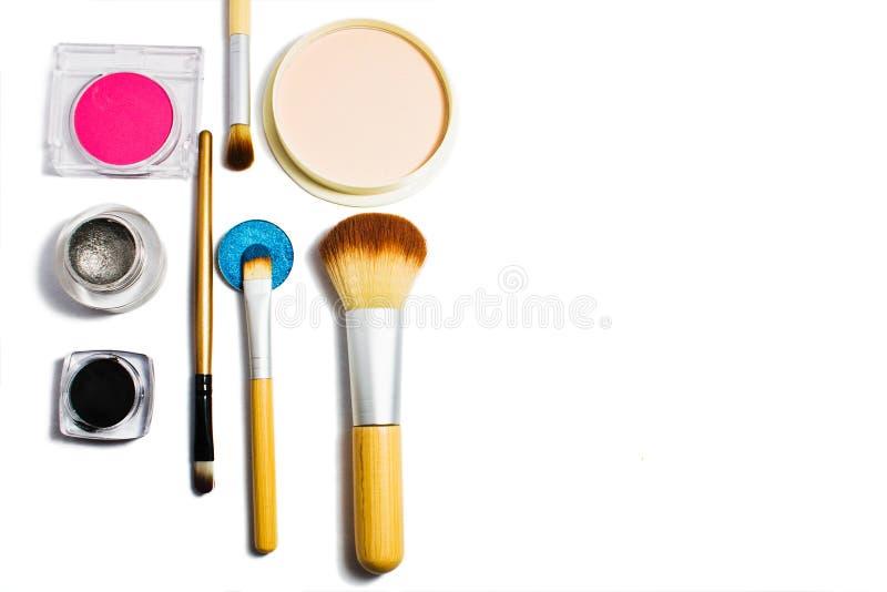 Sistema de cosméticos profesionales para el maquillaje aislados en el fondo blanco foto de archivo