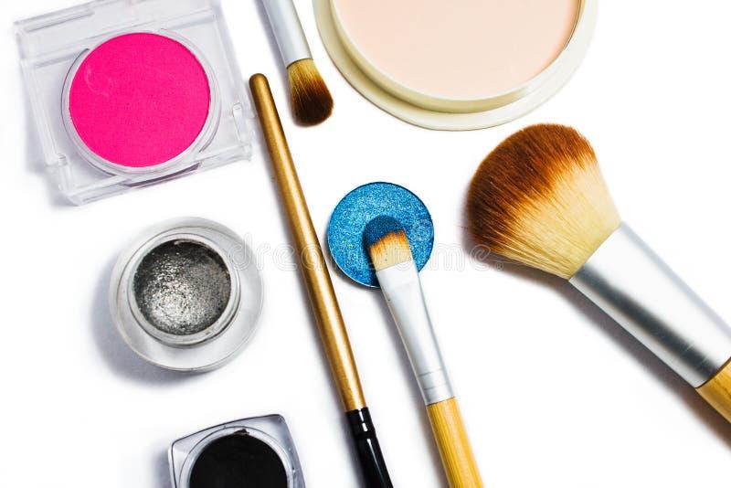 Sistema de cosméticos profesionales para el maquillaje aislados en el fondo blanco foto de archivo libre de regalías