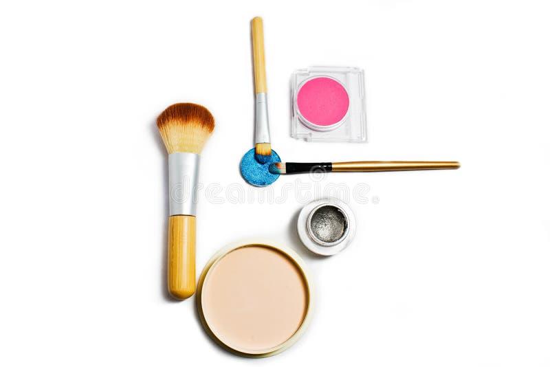 Sistema de cosméticos profesionales para el maquillaje aislados en el fondo blanco imágenes de archivo libres de regalías