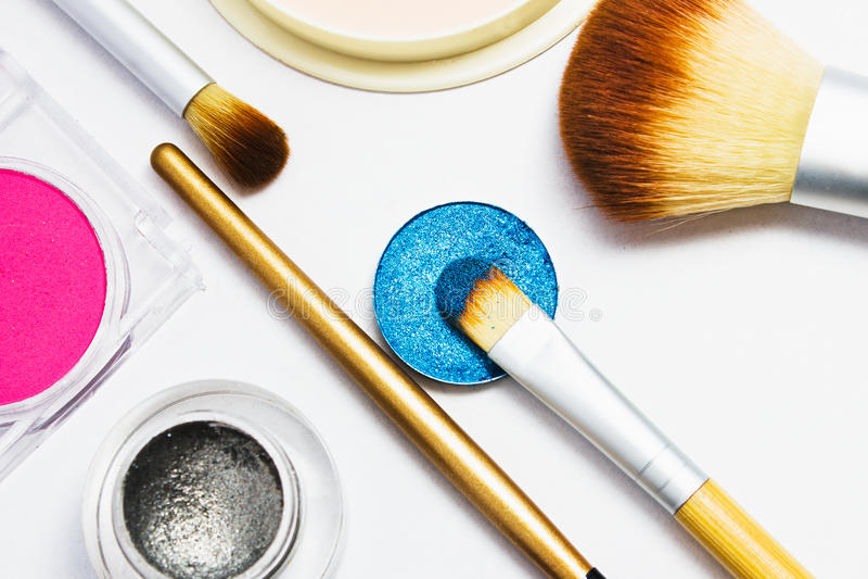 Sistema de cosméticos profesionales para el maquillaje aislados en el fondo blanco imagenes de archivo