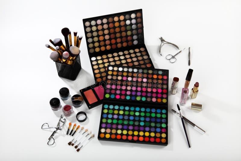 Sistema de cosméticos y de accesorios en el fondo blanco fotos de archivo libres de regalías
