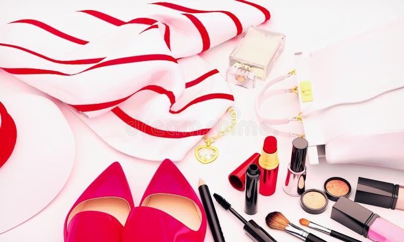 Sistema de cosméticos y de diversos accesorios para las mujeres en vagos blancos imagen de archivo libre de regalías