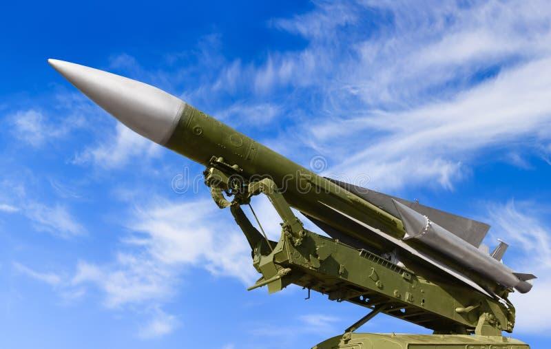 Sistema de defesa antiaérea no fundo do céu imagens de stock royalty free