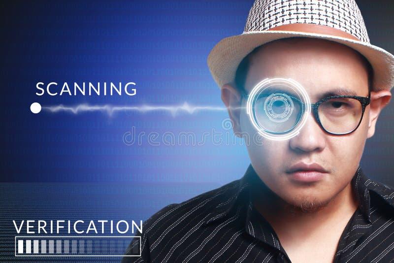 Sistema de detección del ojo, hombre con tecnología de los sensores del ojo fotografía de archivo