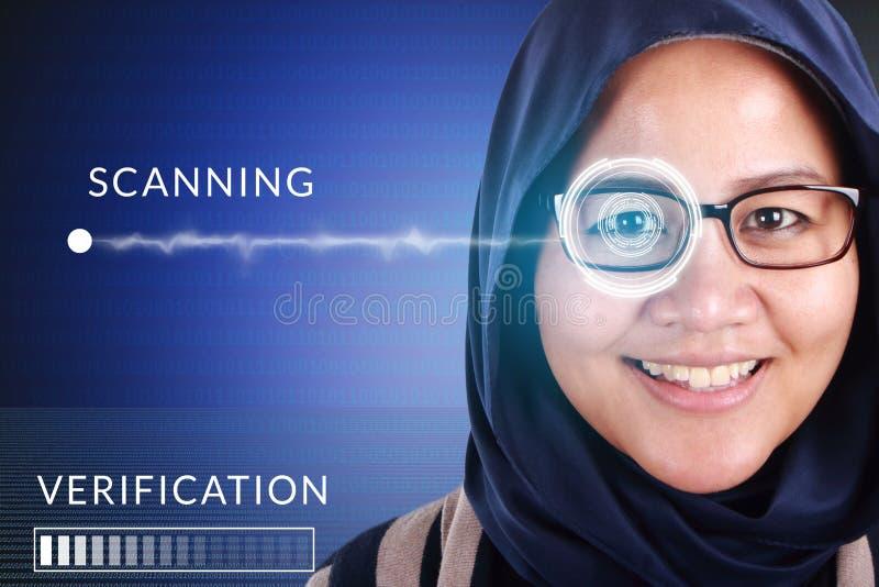 Sistema de detección del ojo, mujer con tecnología de los sensores del ojo imagenes de archivo