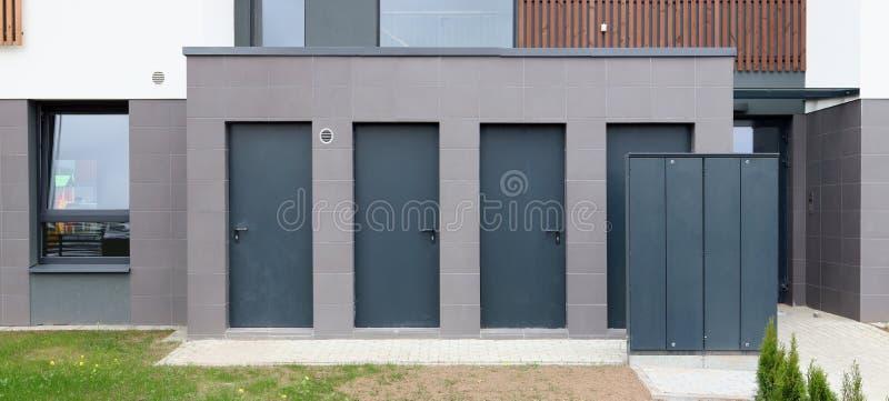 Sistema de distribución eléctrico moderno en un edificio residencial fotografía de archivo