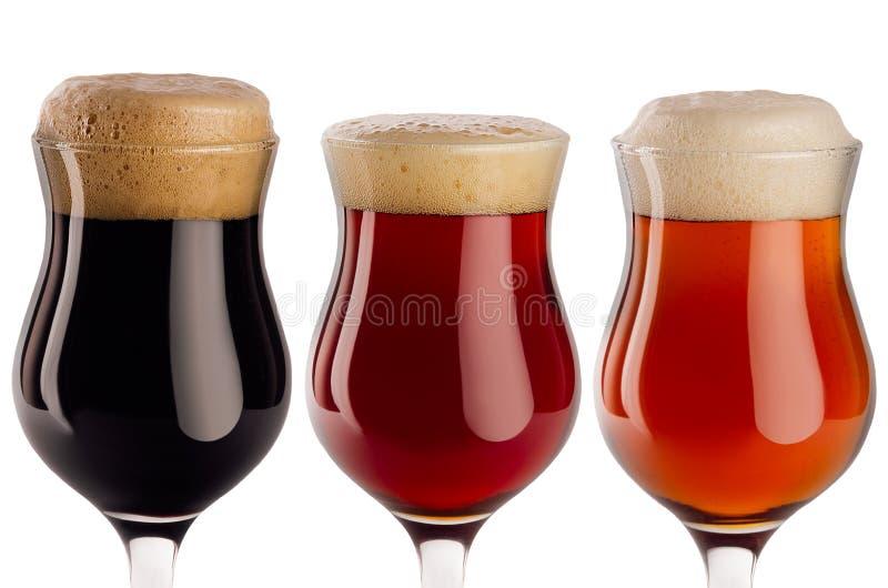 Sistema de diversa cerveza en copas con el primer de la espuma - cerveza dorada, cerveza inglesa roja, portero - aislado en el fo fotos de archivo libres de regalías